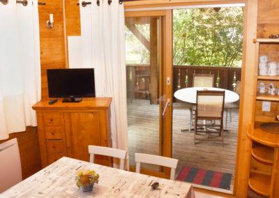 Vue du salon sur la terrasse chalet savoyard 35 m²