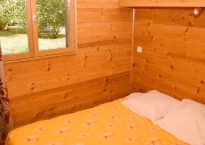 Chambre lit double chalet savoyard 35 m²