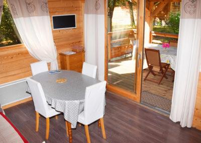 Vue du salon et terrasse du chalet savoyard 42 m²