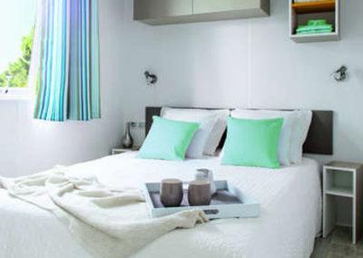 Chambre lit double mobil-home confort 26 m²